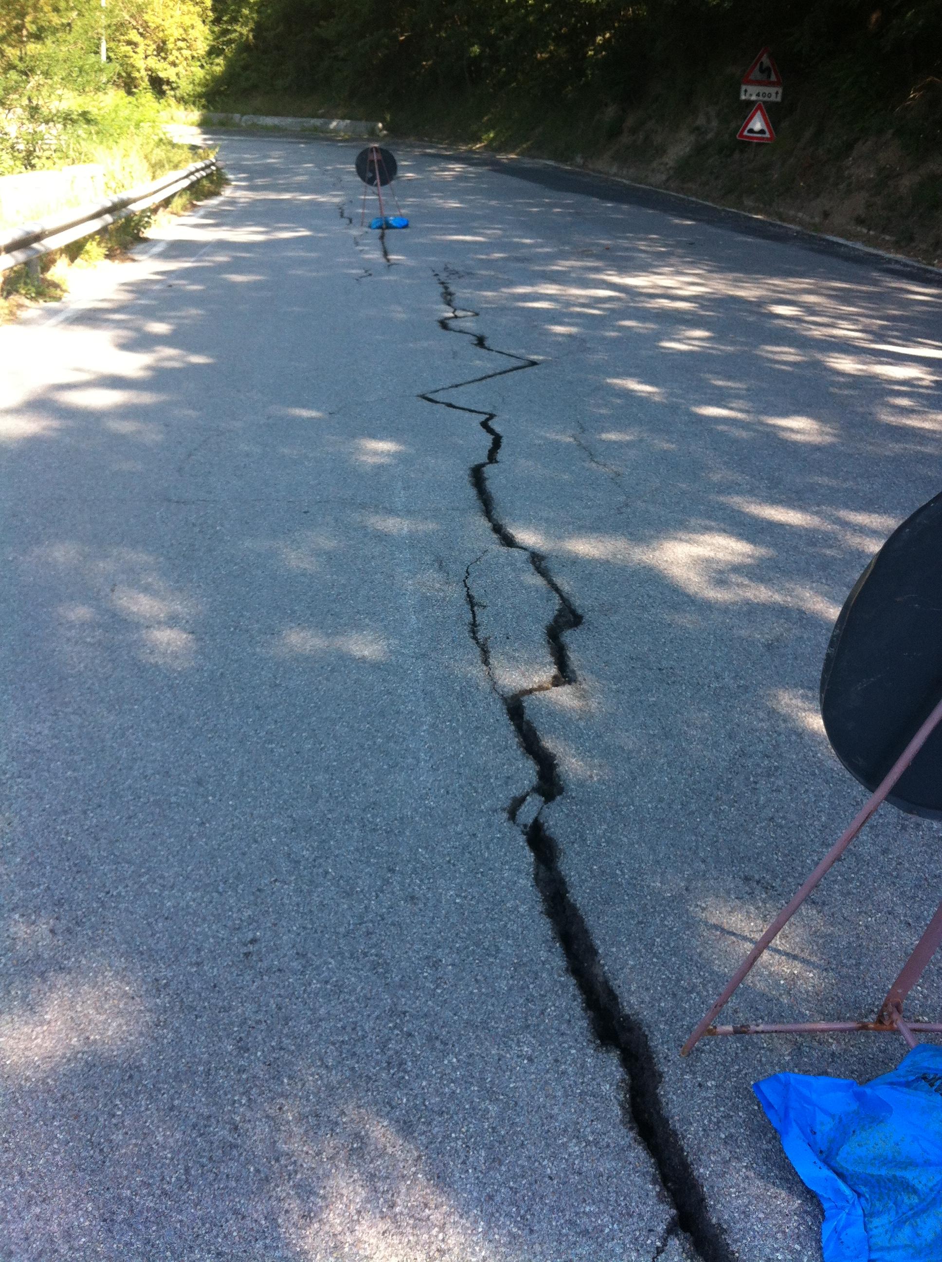 Strada Provinciale danneggiata dal terremoto del 2